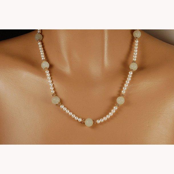 Kinsesisk halskæde med hvid jade og perler